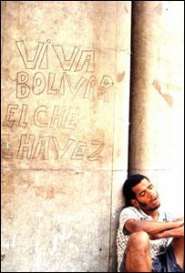 Hombre dormita apoyado en una columna en Caracas
