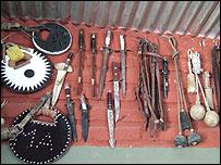 Boleadoras, estribos y cuchillos de campo