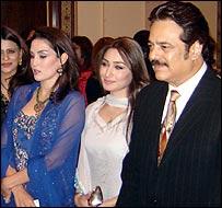 Taj Mahal Director Akbar Khan with heroines from the film