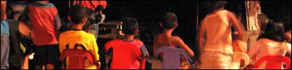 Niños del barrio Rabolargo en una función del cineclub