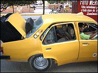 Taxi en el que se desplaza el equipo del cineclub
