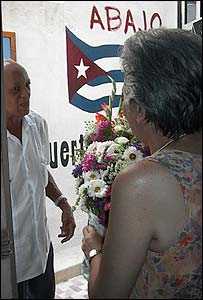 Marta Beatriz Roque recibe un ramo de flores (foto Raquel Pérez)