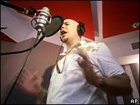 El cantante de hip hop Pitbull graba el himno de EE.UU. en español