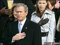 El presidente George Bush durante la entonación del himno nacional de EE.UU.