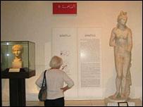 Visitante en el museo de Tr�poli.