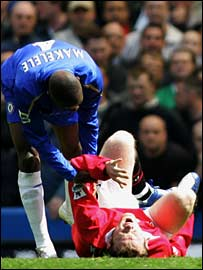 Claude Makelele attends to the injured Wayne Rooney