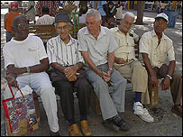 Jubilados en un parque de La Habana.