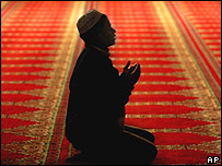 Inmigrante musulm�n en Chipre, orando en la mezquita Omeriye.