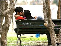 Una pareja se besa en un parque de Nueva Delhi, India.