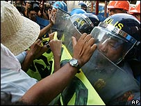 Protesters clash with police in Manila