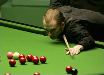Graeme Dott weighs up a shot