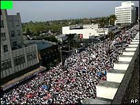 Protesters on along Wilshire Blvd, Los Angeles