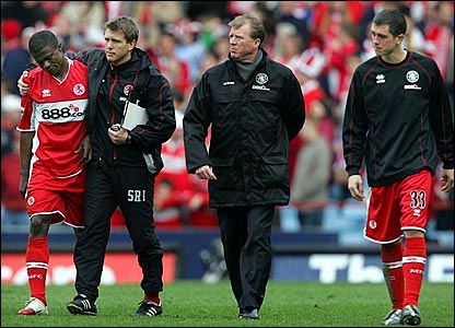 Steve McClaren (second right) leaves the field with his players and staff after the 1-0 defeat