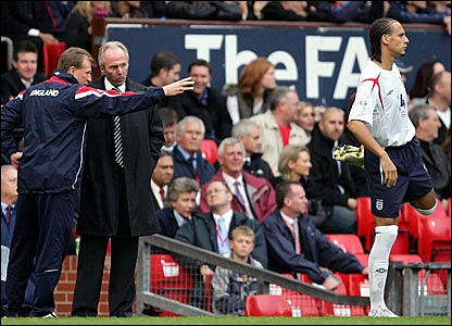 Steve McClaren (left) offers advice to England boss Sven-Goran Eriksson