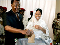 President Deby (l) and his wife cast their vote