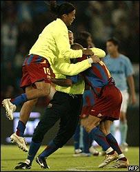 Ronaldinho, Motta y el sueco Larsson se funden en un abrazo.