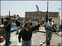 Manifestantes muestran sus machetes