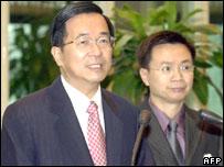 Taiwanese President Chen Shui-bian (L) speaks to journalists at Chiang Kai-shek International Airport