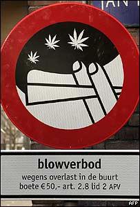 Знак в Амстердаме, обозначающий места, где можно употреблять наркотики