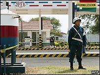 Soldado boliviano junto a una estación de gasolina.