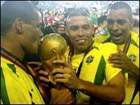 Rivaldo, Ronaldo and Gilberto Silva pose with the World Cup