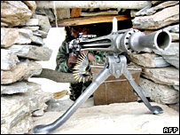 Pakistani soldier takes aim on border with Afghanistan