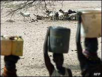 Hombres y mujeres cargando agua en África