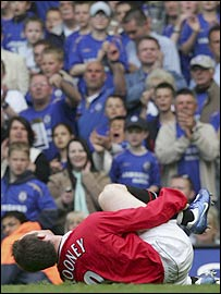 Wayne Rooney breaks his foot against Chelsea