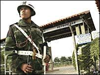 Soldados bolivianos vigilan instalaciones de Petrobras.