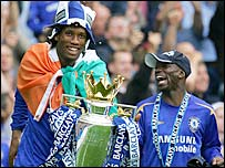 Didier Drogba (left) and Claude Makelele with the Premiership trophy