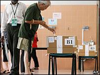 Singapore man votes at polling station