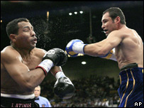 De La Hoya lands a punch on Mayorga