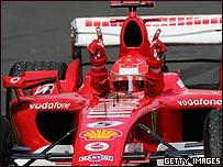 Schumacher celebra su victoria en Nurburgring.