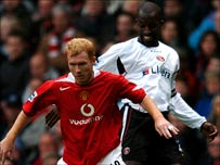 Paul Scholes holds off Chris Powell