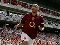 Tierry Henry anot� tres goles en la victoria del Arsenal.