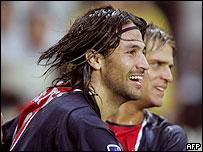El colombiano Mario Yepes anot� para el PSG.