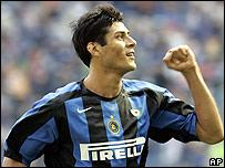El argentino Julio Cruz volvi� a anotar para la causa del Inter.