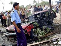 شرطي يتفقد الحطام الناتج عن انفجار كربلاء