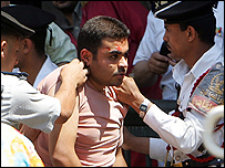 عناصر من الأمن المصري يعتقلون أحد المتظاهرين