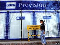 Mujer frente a oficina de Previsión-BBVA en Santa Cruz de la Sierra, Bolivia.