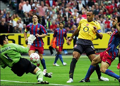 Barca keeper Victor Valdes denies Arsenal's Thierry Henry in the third minute