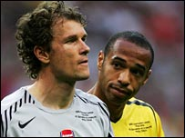 Arsenal captain Henry consoles keeper Lehmann after his red card