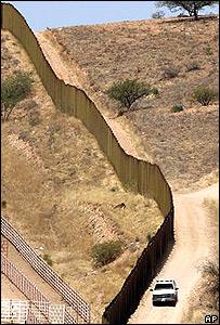 Muro divisorio en la frontera Arizona-México.