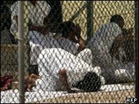 معتقل يصلي داخل جوانتانامو، 6 أبريل/نيسان 2006