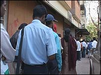 Businessmen queuing to get permissin to start companies in India