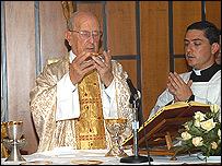 Padre Maciel celebrando una misa solemne en Roma, 2005.  (Foto: Legionarios de Cristo)