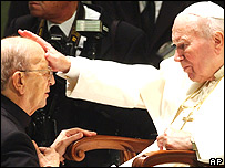 Papa Juan Pablo II le da una bendici�n al padre Maciel, 2004.