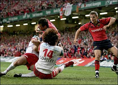 Trevor Halstead scores Munster's opening try despite the presence of Biarritz's defence
