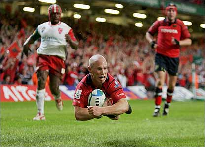 Peter Stringer dives over to score Munster's second try