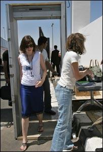 امرأتان تمران عبر جهاز لكشف عن المعادن عند مدخل مركز المؤتمرات بشرم الشيخ، 19 مايو/أيار 2006 - الصورة أسوشييتدبرس